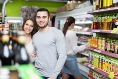Clients à la section de boissons du supermarché photos stock