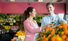 Clients achetant des oranges Photo stock