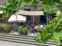 Clients appréciant le café et des boissons à une terrasse de café photos libres de droits