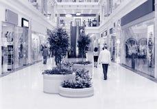 Clients au centre commercial. Bleu de teinte Images libres de droits