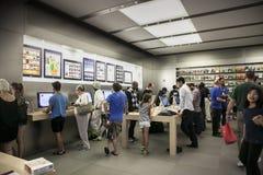 Clients au magasin de pomme sur la 5ème avenue Photographie stock libre de droits
