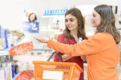 Clients choisissant des produits dans le supermarché Photographie stock libre de droits
