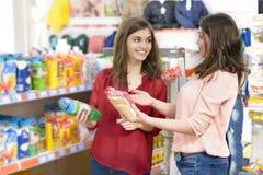 Clients choisissant des produits dans le supermarché Images stock