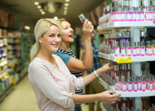 Clients choisissant le parfum Images libres de droits