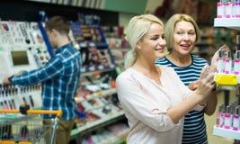 Clients choisissant le parfum Photographie stock libre de droits