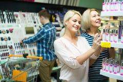 Clients choisissant le parfum Image stock