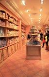Clients choisissant les chocolats délicieux dans la boutique du confiseur, Paris, France, 2016 Photographie stock libre de droits