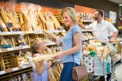 Clients dans la section de pain dans le magasin de nourriture photo libre de droits