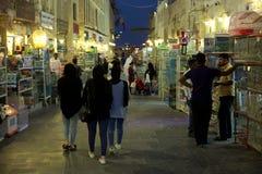 Clients dans le souq d'animal familier de Doha photographie stock