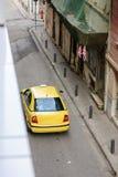 Clients de attente Athènes de taxi de limousine jaune de voiture Photo stock