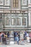 Clients de attente s'asseyants de réalisateur de dessins animés dans Piazza del Duomo, derrière, touristes et mur de la cathédral Images stock