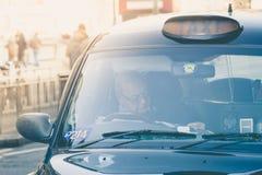 Clients de attente de taxi d'Edimbourg près du pont du nord images libres de droits