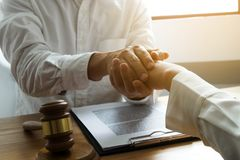 Clients de contact et de respect d'avocat pour faire confiance ? l'association Concept de promesse de confiance photos libres de droits