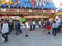 Clients de fruits de mer au bord de mer Photos stock