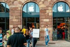 Clients de personnes attendant dans la ligne pour acheter la collecte d'iPhone Image libre de droits