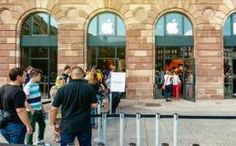 Clients de personnes attendant dans la ligne pour acheter la collecte d'iPhone Images libres de droits