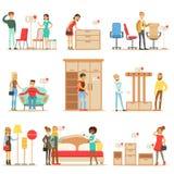 Clients de sourire dans la boutique de meubles, faisant des emplettes pour des éléments de décor de Chambre avec les vendeurs pro Images stock