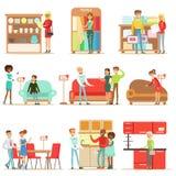 Clients de sourire dans la boutique de meubles, faisant des emplettes pour des objets de décor de Chambre avec les vendeurs profe Photos libres de droits