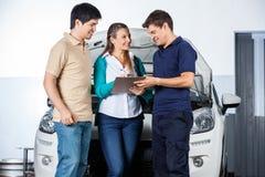 Clients de Taking Sign From de mécanicien Image stock