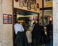 Clients de wagon-restaurant dans la station des syndicats, Chicago, l'Illinois images stock
