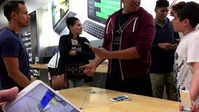 Clients essayant le nouvel iPhone libéré 7 et 7 plus