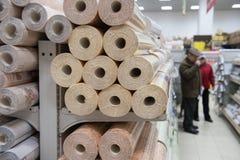 Clients et étagères avec des matériaux de construction Photo stock