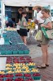 Clients et baies et cerises au marché du fermier Photographie stock