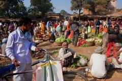 Clients et commerçants marchant sur le marché extérieur Image libre de droits