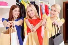 Clients féminins dans un magasin Images stock