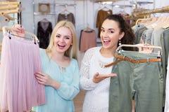 Clients féminins sélectionnant la jupe et les pantalons Photographie stock