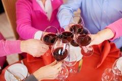 Clients grillant des verres de vin au Tableau de restaurant Images libres de droits