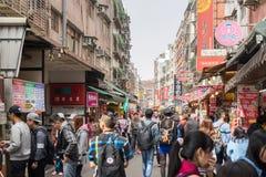 Clients marchant par la zone d'atelier piétonnière de Danshui Photographie stock libre de droits
