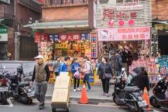 Clients marchant par la zone d'atelier piétonnière de Danshui Image stock