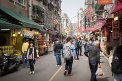 Clients marchant par la zone d'atelier piétonnière de Danshui Image libre de droits