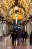 Clients marchant par une arcade de achat photo libre de droits