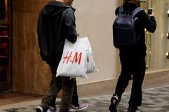 CLIENTS SUÉDOIS DE LA CHAÎNE H&M Image libre de droits