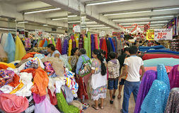 Clients à un magasin de tissu en Merida Mexico Image libre de droits