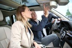 Clients vérifiant le nouveau véhicule pour acheter Photos libres de droits
