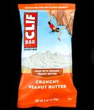 Cliff Bar Energy Bar Crunchy jordnötsmör på en svart bakgrund Royaltyfri Fotografi