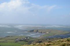 Cliff Coast och havssikt från himmelvägen i Clifden, Irland Arkivbild