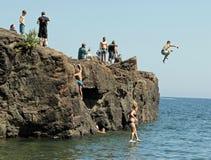 Cliff Diving in Marquette, Michigan lizenzfreie stockfotografie