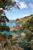 Cliff Edge, mar claro, piscinas azules/del verde transparentes de agua Imagen de archivo