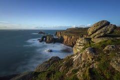Cliff Edge på Sennen, Cornwall arkivbild