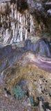 Cliff Face mit Wasserfall und Pflanzenwachstum Lizenzfreie Stockfotos