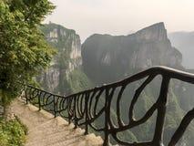 Cliff Hanging Walkway bij Tianmen-Berg, de Hemel` s Poort in Zhangjiagie, de Provincie van Hunan, China, Azië royalty-vrije stock afbeelding