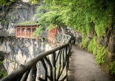 Cliff Hanging Walkway en het rode balkon bij Tianmen-Berg, de Hemel` s Poort in Zhangjiagie, de Provincie van Hunan, China, Azië stock afbeelding