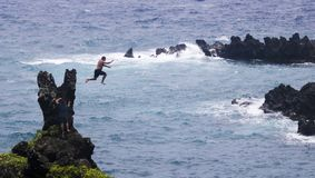 Cliff Jumper en el parque de estado de Waianapanapa, Maui, Hawaii imagen de archivo