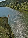 Cliff Jumping fou au Montana Photo stock
