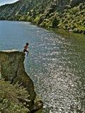 Cliff Jumping louco em Montana Foto de Stock