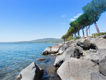 Cliff Lake Trevignano Photographie stock libre de droits
